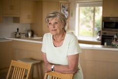 bello ritratto della donna matura senior graziosa e dolce nel medio evo intorno 70 anni sorridere felice ed amichevole a casa Immagini Stock