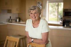 bello ritratto della donna matura senior graziosa e dolce nel medio evo intorno 70 anni sorridere felice ed amichevole a casa Immagini Stock Libere da Diritti