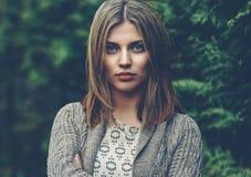 Bello ritratto della giovane donna - alto vicino fotografie stock libere da diritti