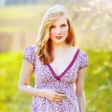 Bello ritratto della ragazza - all'aperto fotografie stock libere da diritti