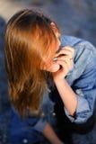 Bello ritratto della ragazza che posa sulla riva di Mar Nero su caldo Fotografia Stock