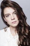 Bello ritratto della ragazza con capelli ricci lunghi Fotografie Stock Libere da Diritti