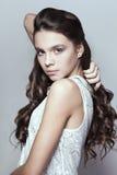 Bello ritratto della ragazza con capelli ricci lunghi Fotografia Stock