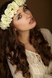 Bello ritratto della ragazza con la corona. Trucco Fotografia Stock