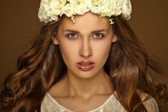 Bello ritratto della ragazza con la corona. Trucco Immagini Stock Libere da Diritti