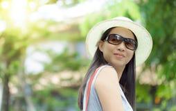 Bello ritratto della ragazza dell'Asia nel rilassamento della donna di autunno Immagini Stock