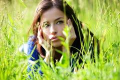 Bello ritratto della ragazza in erba Fotografia Stock Libera da Diritti