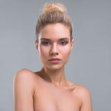 Bello ritratto dello studio di bellezza della donna immagine stock