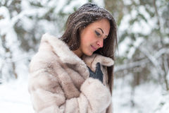 Bello ritratto di inverno della giovane donna in parco Fotografia Stock Libera da Diritti