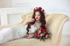 Bello ritratto di nozze castana della sposa Trucco rosso delle labbra lungo fotografie stock libere da diritti