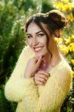 Bello ritratto di una ragazza accessibile amichevole spensierata con un sorriso sbalorditivo e gli sguardi svegli Fotografia Stock Libera da Diritti