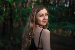Bello ritratto naturale della ragazza nella foresta senza stile di vita di trucco, bellezza pura Fotografia Stock Libera da Diritti
