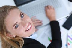 Bello ritratto sorridente della donna di affari nel luogo di lavoro Fotografia Stock Libera da Diritti