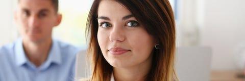 Bello ritratto sorridente della donna di affari nel luogo di lavoro Fotografia Stock