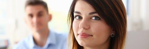 Bello ritratto sorridente della donna di affari nel luogo di lavoro Immagine Stock Libera da Diritti