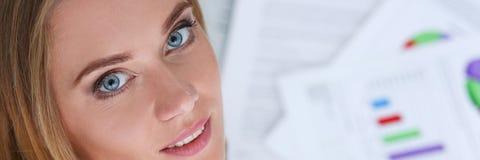 Bello ritratto sorridente della donna di affari nel luogo di lavoro Fotografie Stock