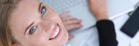 Bello ritratto sorridente della donna di affari nel luogo di lavoro Immagini Stock