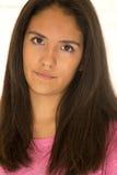 Bello ritratto teenager ispano della ragazza che esamina macchina fotografica Fotografia Stock
