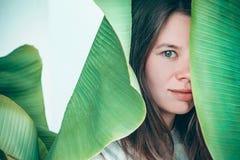 Bello ritratto womant della pianta fotografia stock