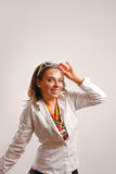 Bello rivestimento bianco da portare della giovane donna Fotografie Stock