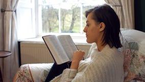 Bello romanzo della lettura della donna in camera da letto video d archivio