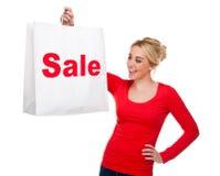 Bello sacchetto di acquisto di trasporto di vendita della giovane donna Fotografia Stock Libera da Diritti