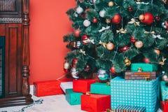 Bello salone del nuovo anno con l'albero di Natale decorato Fotografia Stock