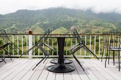 Bello salotto del terrazzo con il Mountain View fotografia stock