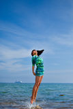 Bello saltare della ragazza del mare Fotografia Stock