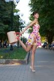 Bello salto di modello felice Fotografie Stock