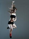 Bello salto di salto della giovane donna fotografia stock