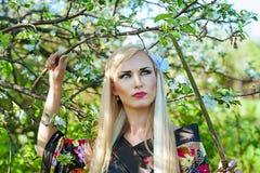 Bello samurai della donna in giardino Fotografie Stock