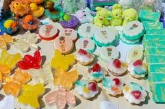Bello sapone fatto a mano variopinto Merci di Eco di fabbricazione del sapone Fiera - una mostra degli artigiani pieghi immagini stock libere da diritti