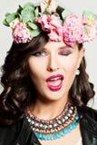 Bello sbattere le palpebre della donna di modo Trucco, acconciatura, fiori Fotografia Stock Libera da Diritti
