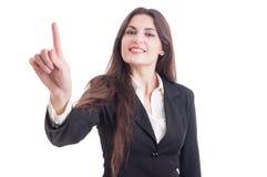 Bello schermo trasparente commovente della donna di affari con l'indice Fotografia Stock
