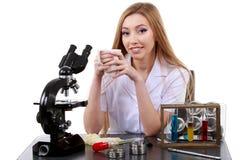Bello scienziato della donna in laboratorio con caffè Fotografia Stock Libera da Diritti