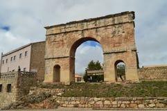 Bello secolo di Roman Arch Of The First conservato perfettamente nel villaggio di Medinaceli immagine stock libera da diritti