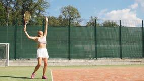 Bello servire femminile del tennis all'aperto archivi video