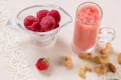 Bello shak del frullato o del latte della frutta dei lamponi di rosa dell'aperitivo Immagini Stock Libere da Diritti