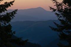 Bello siluet sulla montagna fotografia stock libera da diritti