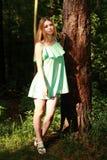 Bello soggiorno biondo in foresta, cercante in camera Immagine Stock
