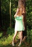 Bello soggiorno biondo in foresta, fronte vicino Immagine Stock Libera da Diritti