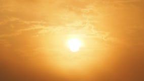 Bello sole della sfuocatura e cielo arancio Alba di tramonto nel fondo Cielo arancione astratto Cielo dorato drammatico ai preced Fotografia Stock