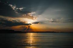 Bello sole dietro le nuvole sul mare Immagini Stock Libere da Diritti