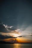 Bello sole dietro le nuvole sul mare Fotografie Stock Libere da Diritti