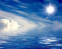 Bello sole sopra le nubi e l'acqua Fotografie Stock Libere da Diritti