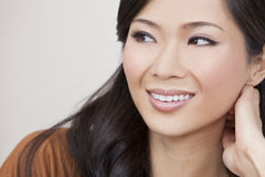 Bello sorridere asiatico orientale cinese della donna Immagini Stock