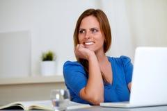 Bello sorridere riflettente della donna dell'allievo Fotografia Stock Libera da Diritti