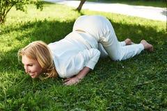 Bello sorriso di estate della natura del parco di verde di ginnastica di sport della donna Fotografia Stock