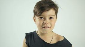 Bello sorriso di un bambino piccolo Concetto felice del bambino archivi video